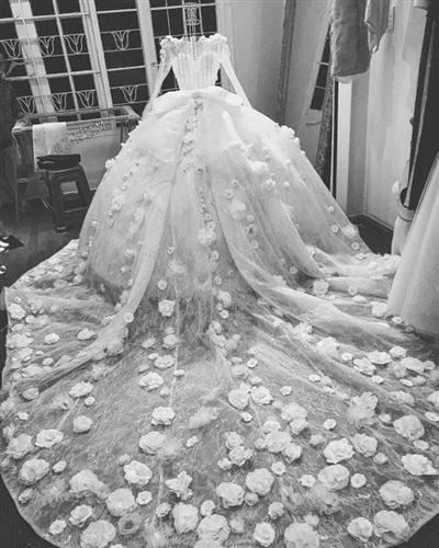 Bộ váy của Vân Navy được kết từ 999 bông hồng cùng hàng ngàn viên đá và hạt cườm. Chiếc váy được may bởi nhiều lớp voan, vừabồng bềnh vừa quyến rũ.