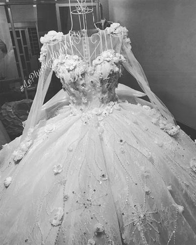 Chia sẻ về chiếc váy này, Vân Navy cho bết, ngay từ khi còn bé, cô đã luôn nghĩ sẽ tự mình thiết kế và may váy cưới cho mình. Để gắn được 999 bông hồng vảivà hàng nghìn viên đá lên váy, Vân Navy đã phải thuê một đội ngũ thợ thêu giỏi nhất. Với nàng hotgirl, chiếc váy này là hành trình trưởng thành, mỗi ngày đều nỗ lực hết mình để trở nên xinh đẹp nhất, trưởng thành nhất.