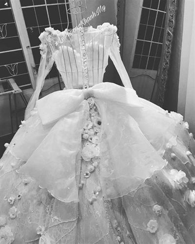 Vân Navy khoe váy cưới được kết từ 999 bông hồng vải và hàng ngàn viên đá 3