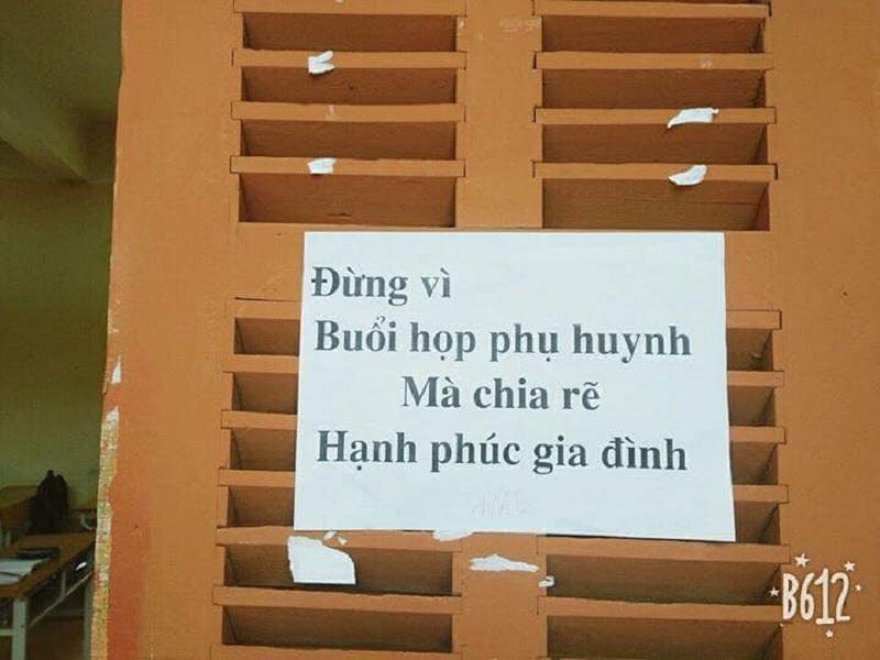 Các 'khẩu hiệu' được dán ngay cửa lớp học để các bậc phụ huynh dễ nhìn thấy