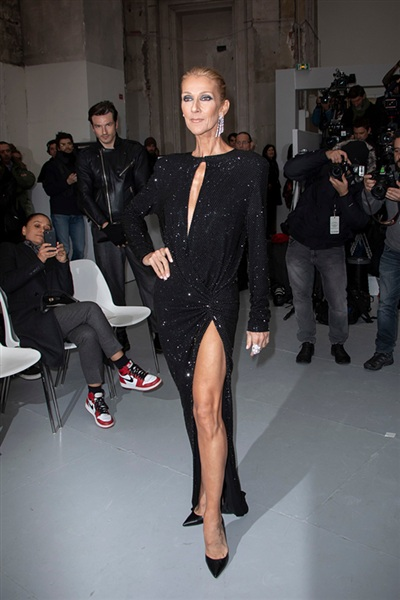 Mặc cho dân mạng dè bĩu ngoại hình, hàng loạt báokhẳng định: 'Celine Dion là Nữ hoàng của Paris Fashion Week' 2