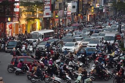 Tại đường Lương Bằng giao với phố Tây Sơn, mật độ người trên đường dày đặc
