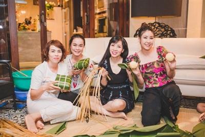 Hà Kiều Anh cùng những người thân trong gia đình gói bánh chưng bên nhau.
