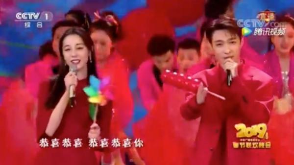 Sự bối rối trên gương mặt Trương Nghệ Hưng khiến khán giả bên dưới không khỏi bật cười.