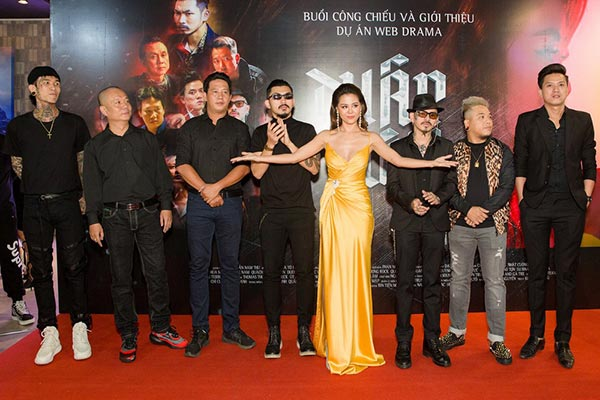 Nam Thư và ekip phim'Thập Tứ cô nương'.