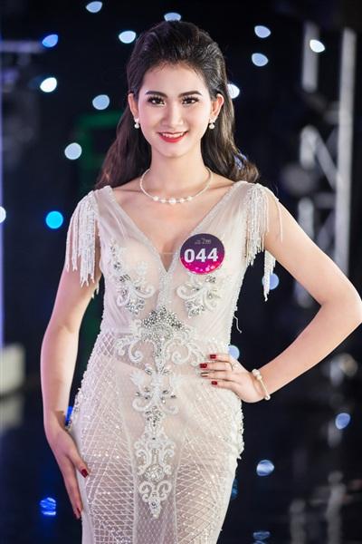 Ở phần trình diễn trang phục dạ hội, các thí sinh một lần nữa được tỏa sáng trong các trang phục lộng lẫy nhất của nhà thiết kế Hương Queen.