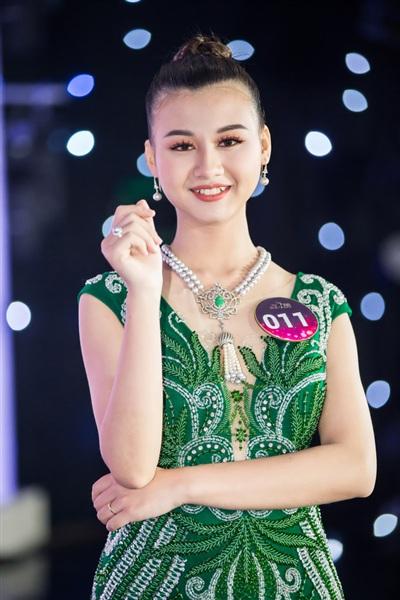Với những thiết kế tinh tế, phù hợp với vóc dáng của từng thí sinh, trang phục dạ hội đã tôn được vẻ đẹp quý phái, kiêu sa hút hồn của các cô gái Kinh Bắc.