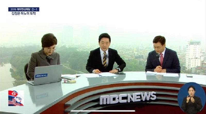 Không hề bị ảnh hưởng bởi ngoại cảnh hay điều kiện môi trường, sự chuyên nghiệp của các phóng viên, biên tập viênHàn Quốc khiến nhiều người bất ngờ