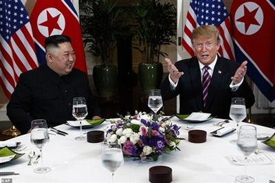 Chủ tịch Kim Jong-un và Tổng thống Trump bắt đầu dùng bữa tối xã giao. Ảnh: AP.