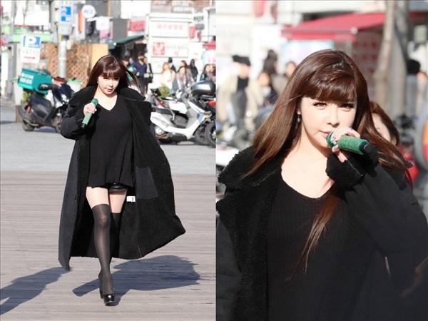 Park Bom xuất hiện và biểu diễnSpringgiữa phố phường Hàn Quốc