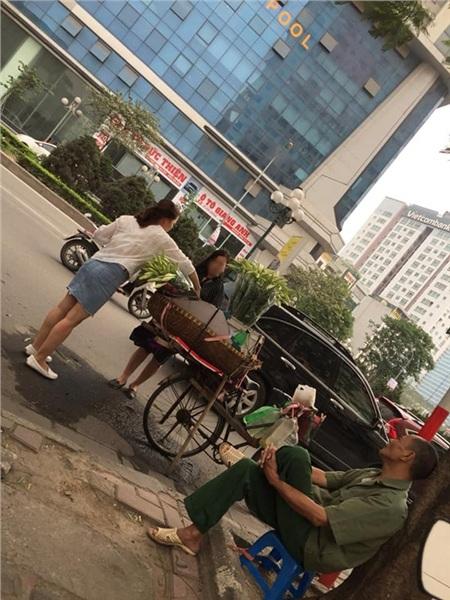 'Sống ảo' chán chê cạnh gánh hoa bán rong nhưng không mua rồi bỏ đi, 2 cô gái khiến dân mạng tranh cãi 1
