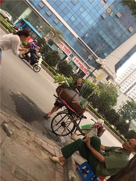 'Sống ảo' chán chê cạnh gánh hoa bán rong nhưng không mua rồi bỏ đi, 2 cô gái khiến dân mạng tranh cãi 2