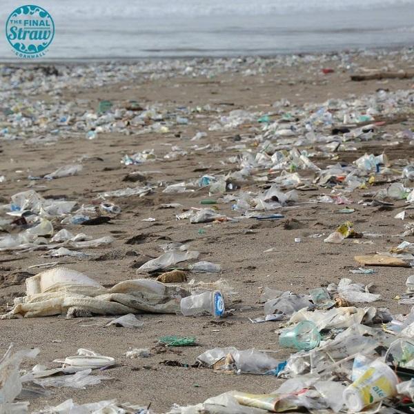 Rác vứt bừa bãi tại biển phản ánh sự thiếu ý thức trầm trọng của con người