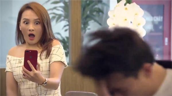 Bị bạn gái hất nguyên cốc nước vào mặt.
