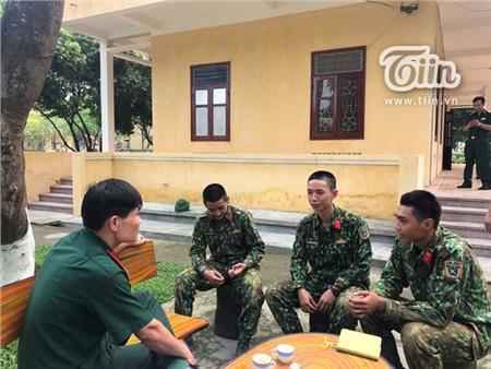 Chàng trai trẻ tên Cao Tiến Thành (ngoài cùng bên phải) cùng chỉ huy và các đồng đội trong quân ngũ