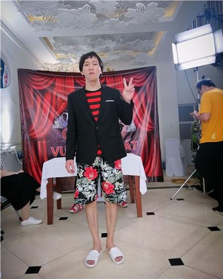 Chung Tũnn vừa là diễn viên, biên kịch vừa làm đạo diễn cho các clip của chính mình