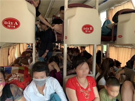 Hình ảnh xe khách nhồi nhét khách quá số quy định - Ảnh: Cục CSGT