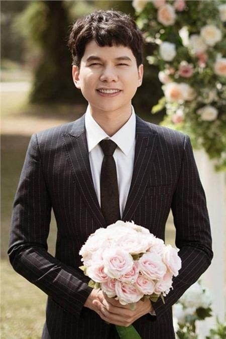 Hoàng Tôn là một trong những ca sĩ gặp phải biến chứng sau khi phẫu thuật thẩm mỹ. Cụ thể, hồi năm 2016, anh đi nhấn mí, nâng mũi và gặp phải biến chứng khiếnphần mũi sưng to, đỏ tấy, cằm biến dạng và lúc nào cũng khó chịu.