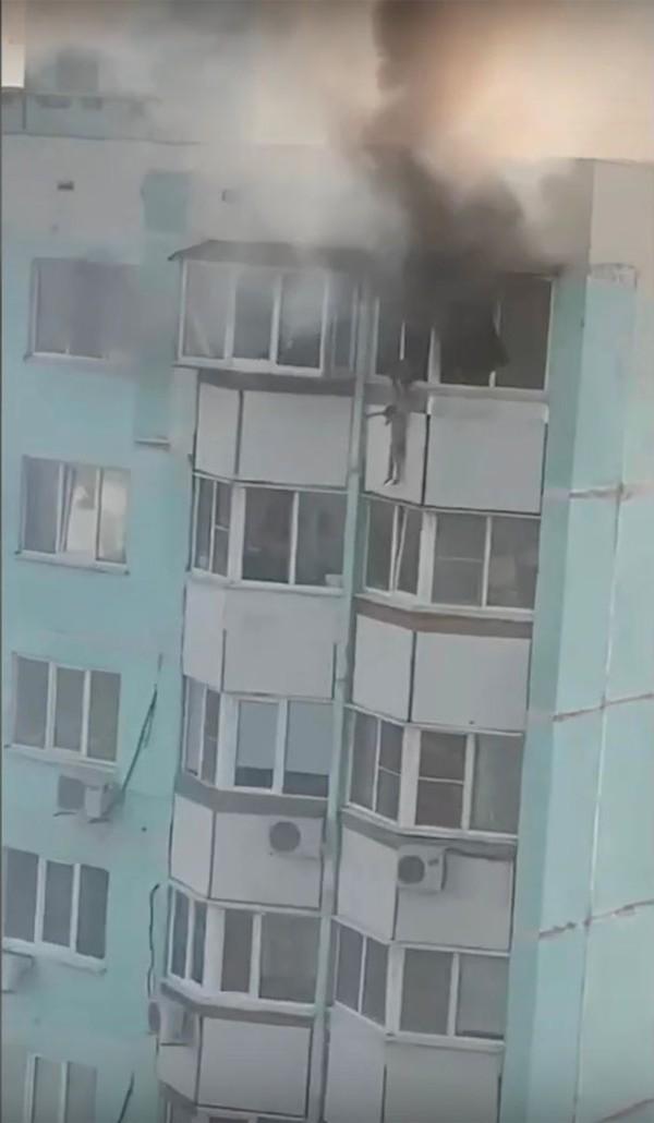 Đứa bé treo lủng lẳng ở bên ngoài cửa sổ tầng 10.