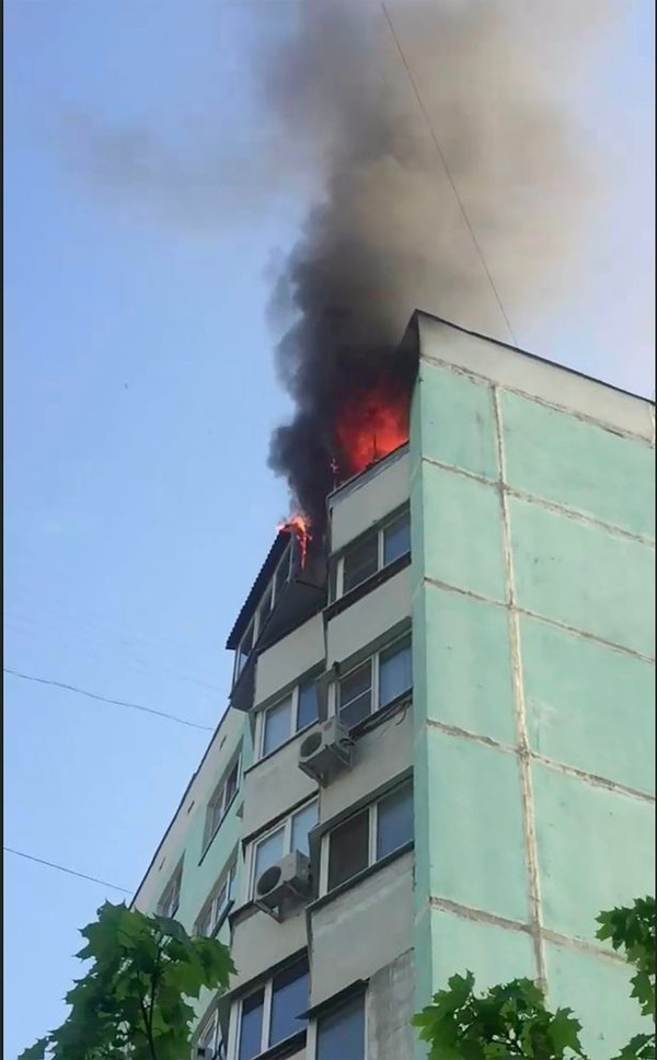 Người mẹ sau đó cũng nhảy ra khỏi cửa sổ tầng 10 trong làn khói đen giăng kín.