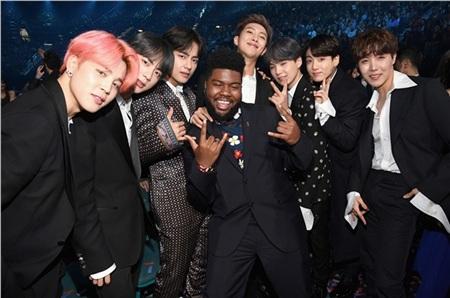 BTS thân thiện tạo dáng cùng Khalid - hiện tượng R&B của làng nhạc.
