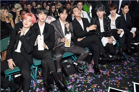 Hình ảnh ngồi nhâm nhi bỏng ngô trên hàng ghế khách mời của BTSđã 'đốn tim' biết bao người hâm mộ.