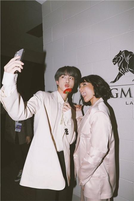 Jin còn say sưa selfie với cô bạn đồng nghiệp ở trời Tây nhé!