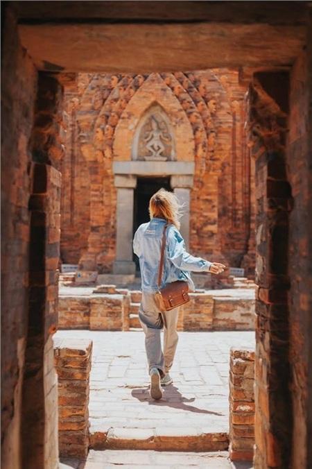 Tháp Poklong Garai nằm trên đồi Trầu, thuộc phường Đô Vinh, cách trung tâm thành phố Phan Rang - Tháp Chàm 9 km về phía Tây Bắc, được xây dựng vào cuối thế kỷ 13 đầu thế kỷ 14.