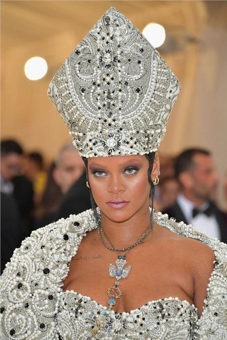 Còn nhớ, chủ đề của Met Gala 2018 là 'Heavenly Bodies: Fashion and the Catholic Imagination' (tạm dịch:Cơ thể địa đàng: Thời trang và Tưởng tượng Công giáo), giọng ca Diamond đã khiến nhiều giới mộ điệu phải gật gù khen ngợi vì quá đẹp