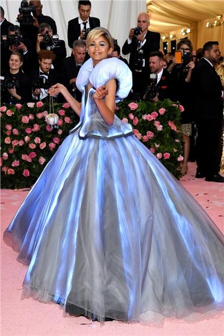 Zendaya xinh tươi như nàng Cinderella, nhưng điều đặc biệt hơn cả là chiếc váy của công chúa phát sáng đấy!