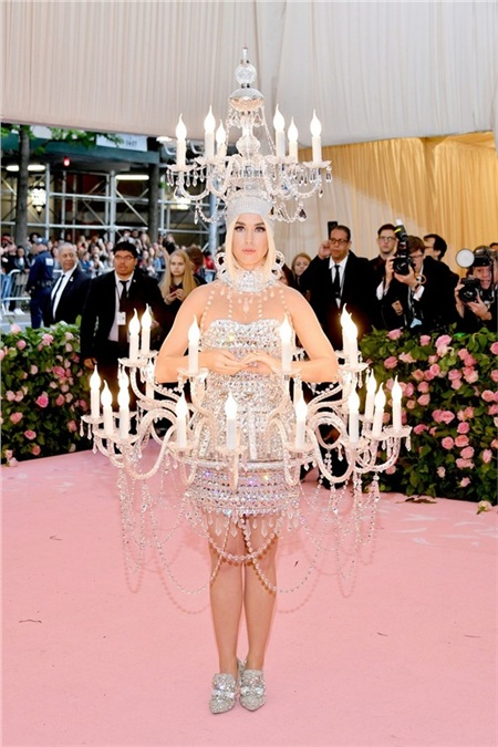 Katy Perry hóa thành một lồng đèn di động. Vào tới hậu trường, cô nàng còn ngân vang tiếng hát ca khúcChandelier của Sia cho đúng điệu.
