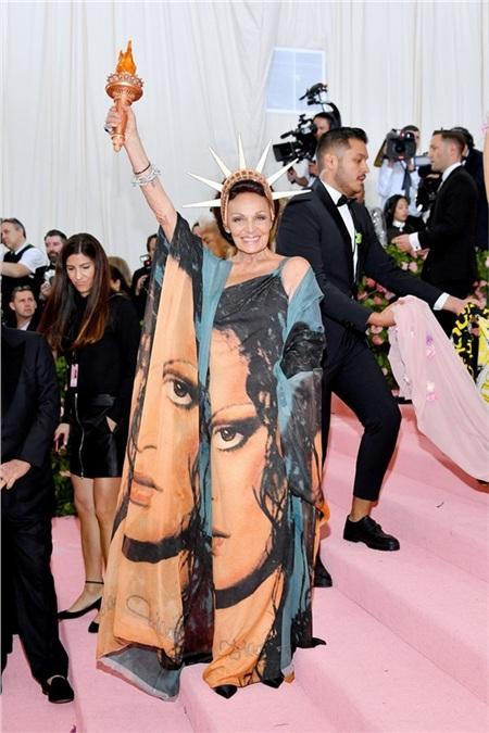 Nhà thiết kế Diane von Furstenberg biếnthành 'bà đầm xòe' nổi tiếng của New York với váy áo in gương mặt củachính mình.