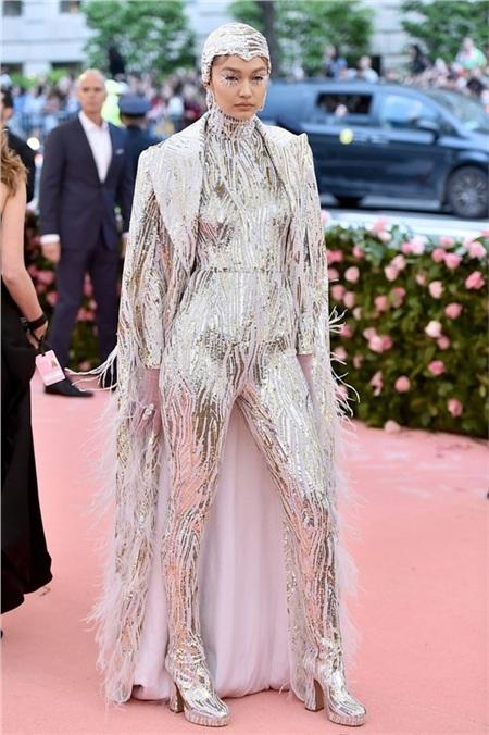 Nhà mốtMichael Kors giúp Gigi Hadid nhập vai Nữ hoàng băng giá một cách thành công.