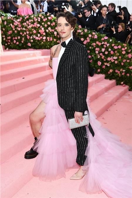 Michael Urie khẳng định bình đẳng giới với trang phục 'gây lú' trên thảm hồng. Điều đáng chú ý là anh chàng biết xen kẽ giới tính cho cả giày - trang phục - trang điểm.