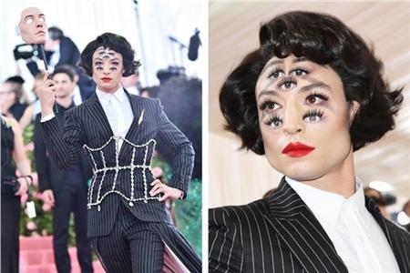 Ezra Miller - nam nhân 7 bảy mắt tạiMet Gala 2019 thu hút tuyệt đối trong thiết kế của Burberry.