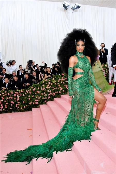 Bộ trang phục lông vũ của Ciara có lẽ sẽ chỉ nhạt nhòa nếu như thiếu đi mái tóc khổng lồ.