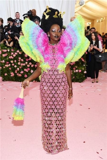 Phương châm củaLupita Nyong'o là càng nhiều màu sắc càng tốt. Năm nào cũng vậy, dù với chủ đề nào thìLupita Nyong'o vẫn giới thiệu văn hóa Phi châu tại Met Gala.