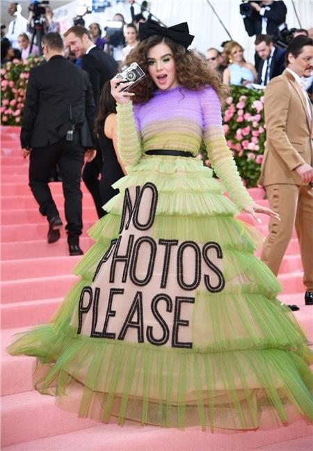 Hailee Steinfeld đưa tới thông điệp 'Cấm chụp ảnh' trên thảm hồng.