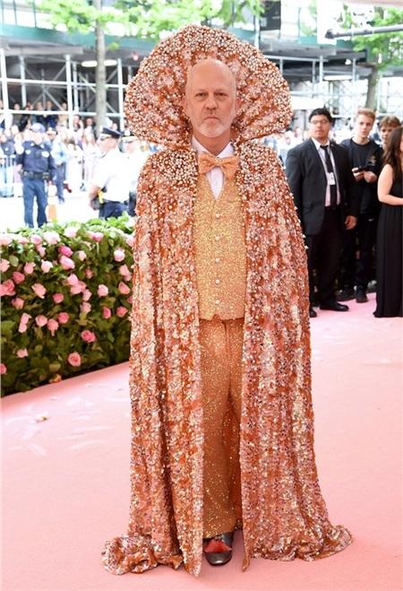 Áo choàng quyền lực của đạo diễn Ryan Murphy được lấy cảm hứng từ Nữ hoàngElizabeth I.