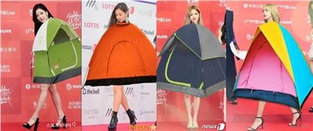 Bên cạnh đó, các fan cũng không quên 'chế' thêm ảnh Black Pink với trang phục thuộc chủ đềCamp: Notes on Fashionvà Jennie trên thảm đỏMet Gala.