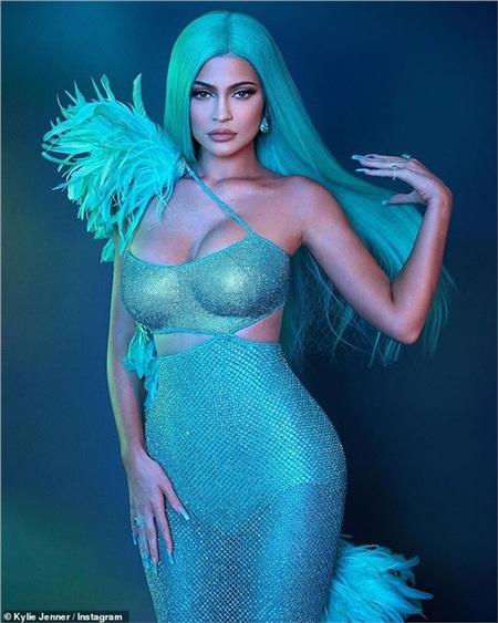 Kylie Jenner bị đánh giá là chỉ nghĩ đến giày dép của mình mà quên đi cô chị đang hoảng loạn.