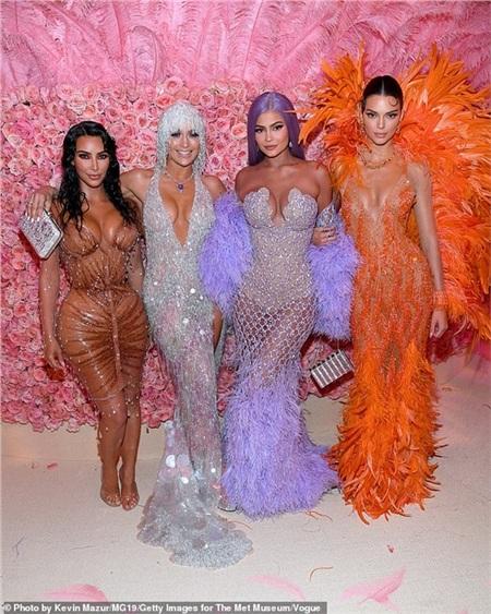Chị em nhà Kardashian - Jenner chụp hình cùng Jennifer Lopez tại Met Gala.