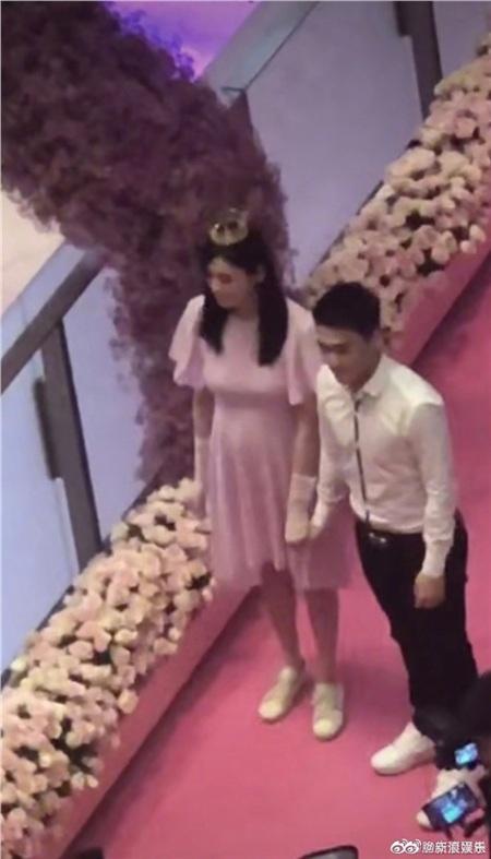 Hình ảnh trong buổi cầu hôn của Hà Du Quân được chia sẻ rộng rãi trên mạng xã hội.