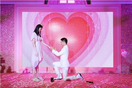 Khoảnh khắc xúc động trong lễcầu hôn của Hà Du Quân và Hề Mộng Dao.