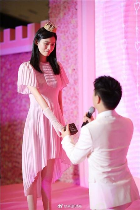 Con trai 'Vua sòng bạc' Macau cầu hôn siêu mẫu nội y siêu hoành tráng nhưng đây mới là chi tiết 'đắt giá' được dân mạng chú ý 6