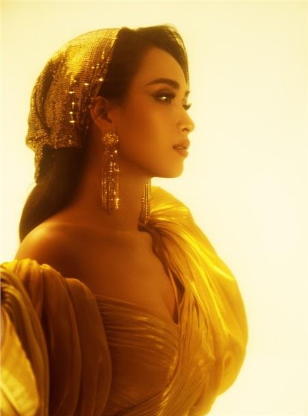 Ái Phương chia sẻ: 'Hình tượng công chúa Jasmine đầy quyền lực nhưng luôn yêu thích sự tự do, khám phá những điều mới mẻ là nguồn cảm hứng chính cho bộ ảnh lần này.'