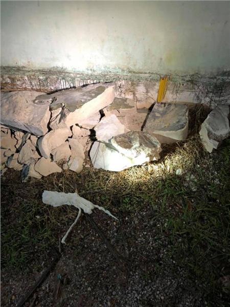 Khối bê tông được đập bỏ sau hơn 1h đồng hồ để đưa thi thể nạn nhân ra ngoài.