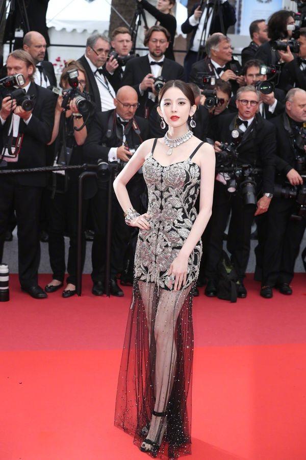 Ngay khi vừa xuất hiện trên thảm đỏ Cannes 2019, Cổ Lực Na Trát đã trở thành tâm điểm của sự chú ý với nhan sắc xinh đẹp, mỹ miều, được ví như nữ thần.
