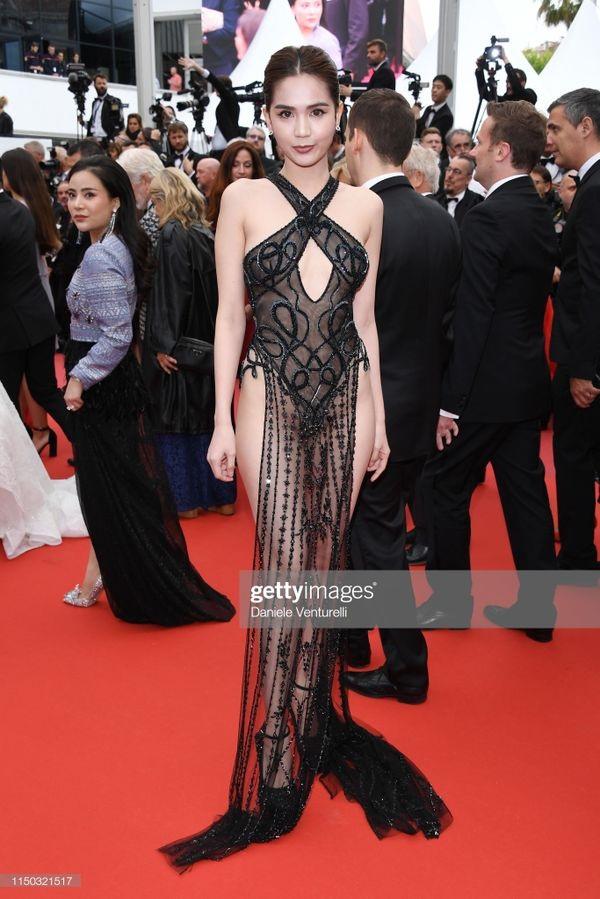 Bất ngờ xuất hiện trên thảm đỏ Cannes 2019 ngày thứ 6, Ngọc Trinh khiến nhiều người choáng váng với bộ cánh kiệm vải.