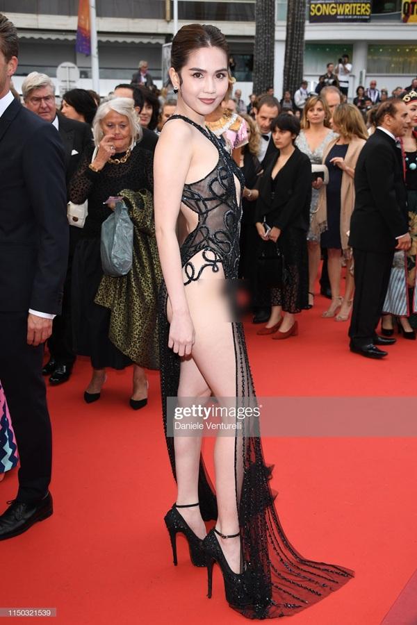 'Nữ hoàng nội y' đã lựa chọn một bộ váy xuyên thấu mỏng tang với những đường cut out và xẻ tà vô cùng táo bạo